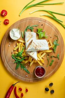 Doner de frango em lavash com batatas fritas