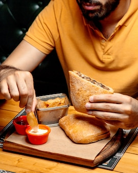 Doner em pão ciabatta em cima da mesa