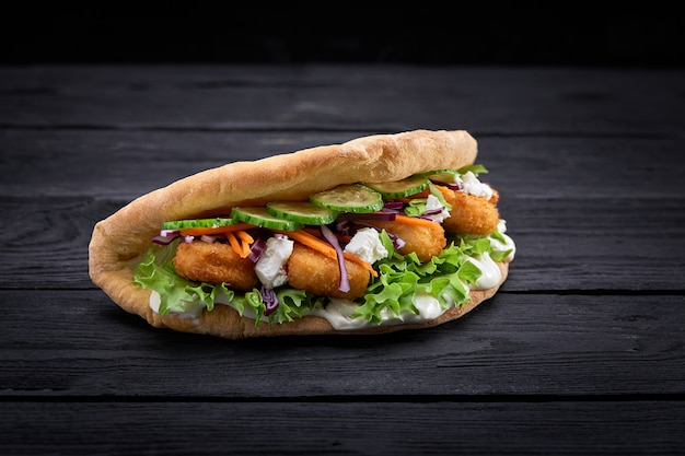 Doner kebab - carne de frango frito com legumes no pão pita