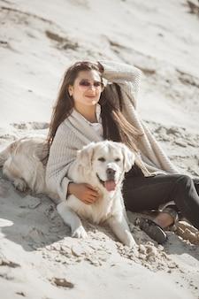 Dono de cão com hes animal de estimação ao ar livre