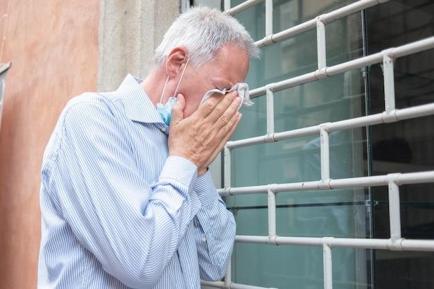 Dono de loja caucasiano desesperado na frente de seu negócio fechado devido a pandemia de coronavírus