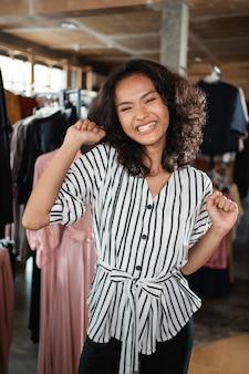 Dono de loja de moda animado em sua boutique
