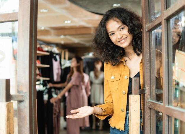 Dono de loja de moda asiática em sua boutique