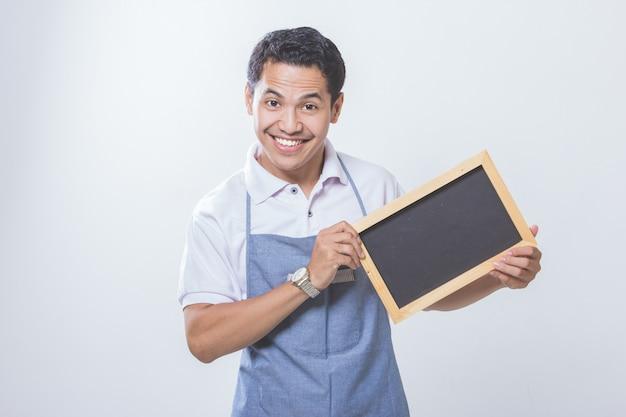 Dono de loja de pequenas empresas com placa preta