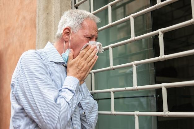 Dono de loja desesperado em frente ao seu negócio fechado devido a pandemia de coronavírus