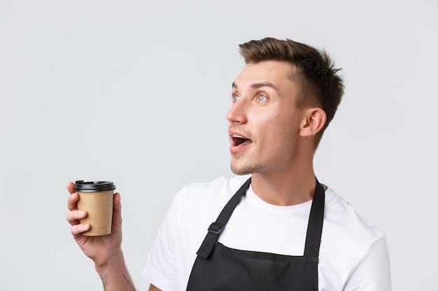 Donos de cafeterias de cafés e restaurantes e close up de conceito de varejo de sal loira surpreso e espantado ...