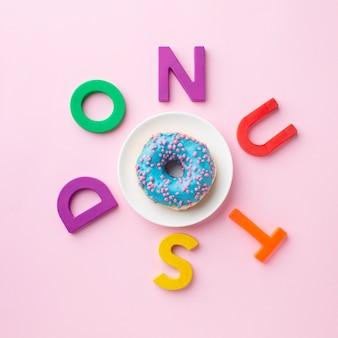 Donut, cercado por letras