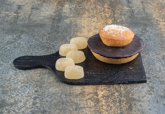 Donut coberto com açúcar em pó e balas doces