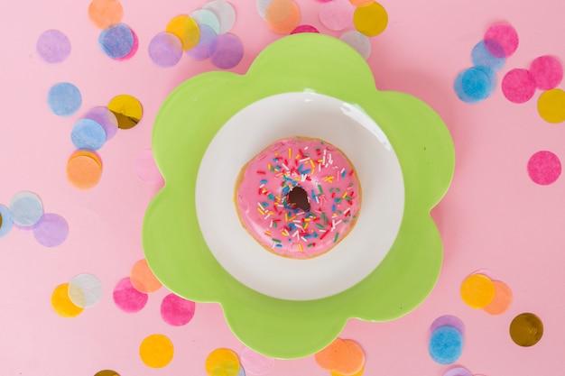 Donut de aniversário vista superior com confete