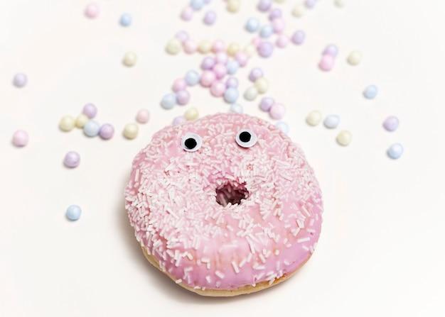 Donut de vista superior com esmalte rosa