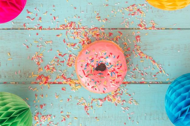 Donut de vista superior com lanternas coloridas