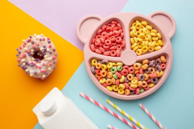 Donut e bandeja de cereais coloridos