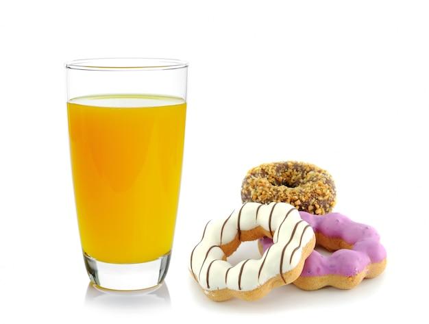 Donut e suco de laranja isolado no espaço em branco