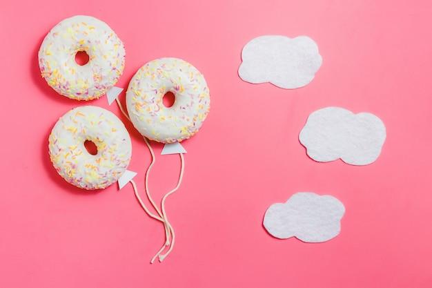 Donut em forma de balão no céu