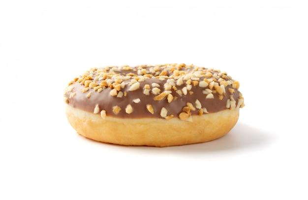 Donut marrom com nozes isolado