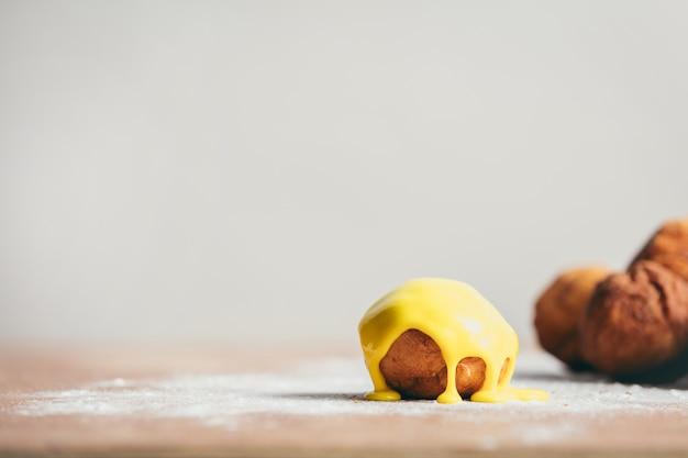 Donut redondo pequeno com glacê amarelo