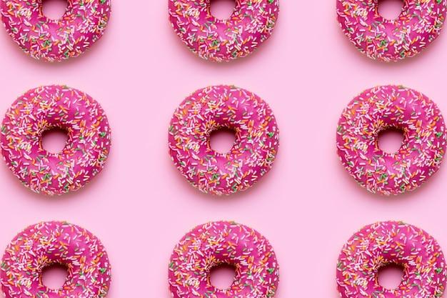 Donut rosa doce com granulado multicolorido