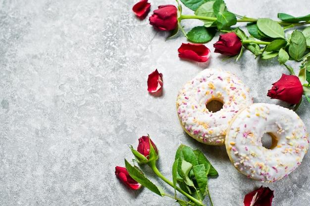 Donuts brancos com granulado.