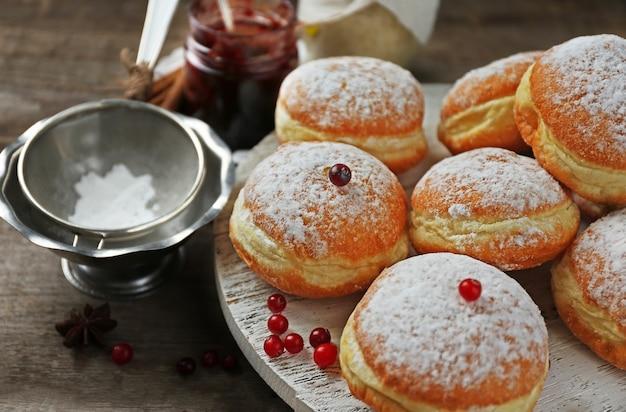 Donuts caseiros frescos com açúcar de confeiteiro