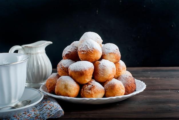 Donuts, colocado, pirâmide, polvilhado, com, açúcar pó, ligado, escuro,