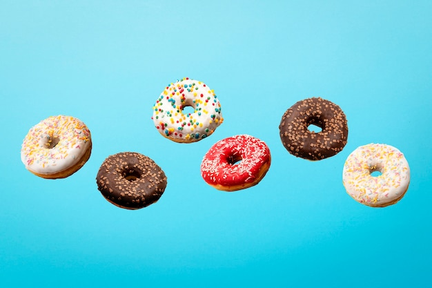 Donuts coloridos voando no ar