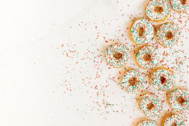 Donuts com creme de chocolate branco e polvilha de açúcar