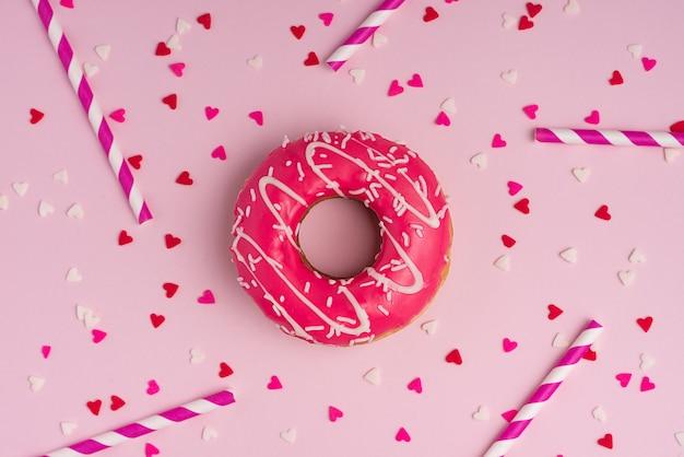 Donuts com glacê no fundo rosa pastel com copyspace. rosquinhas doces.