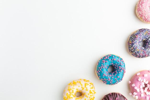 Donuts com granulado copie o espaço