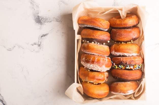 Donuts com granulado em uma caixa