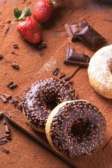 Donuts com morangos frescos e chocolate