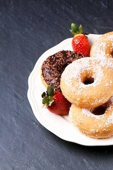 Donuts com morangos frescos