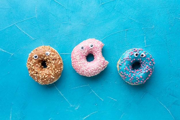 Donuts com olhos em postura plana