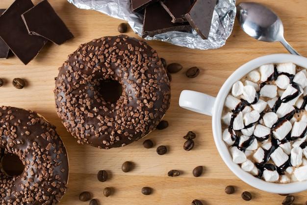 Donuts de café de chocolate com cacau e marshmallows plano leigos
