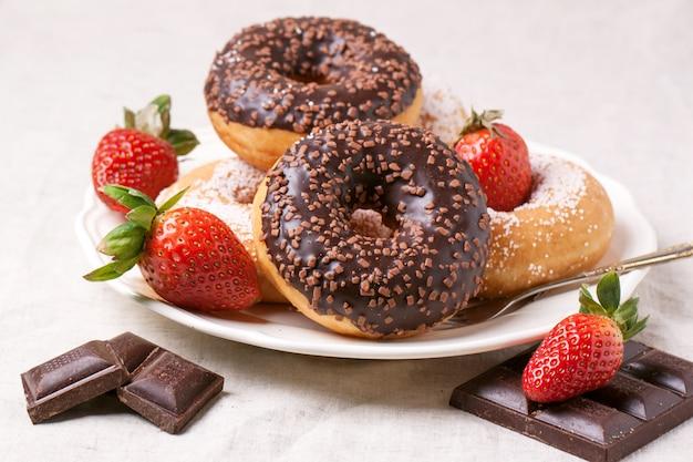 Donuts de chocolate com morangos frescos