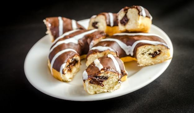 Donuts de chocolate com uma xícara de café