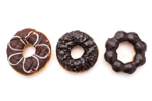 Donuts de chocolate em um fundo branco