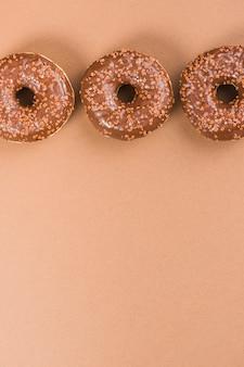 Donuts de chocolate preto delicioso fresco com granulado