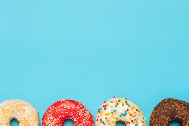 Donuts de diferentes tipos em um azul