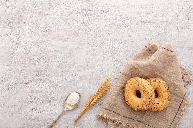 Donuts de pão de padaria em tecido de estopa com espaço de cópia