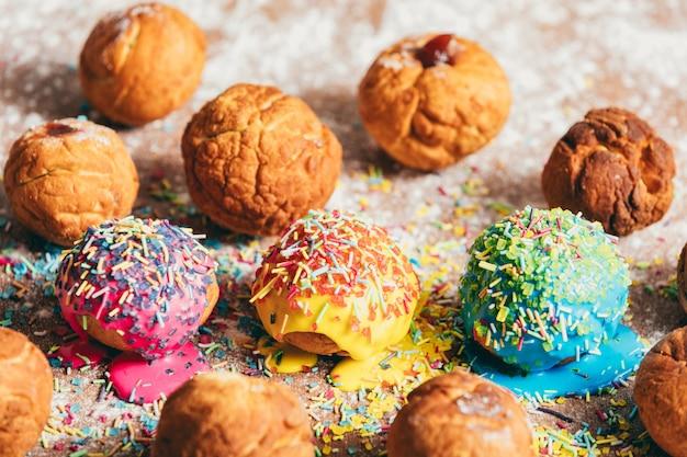 Donuts, deitado sobre um balcão de cozinha bagunçado