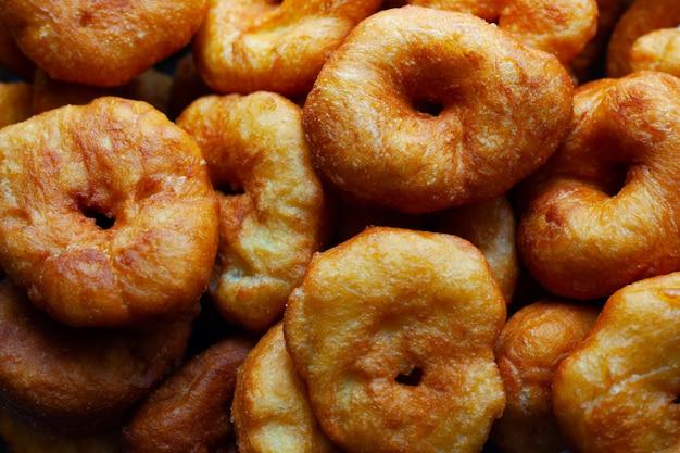 Donuts doces dourados fritos em óleo de girassol