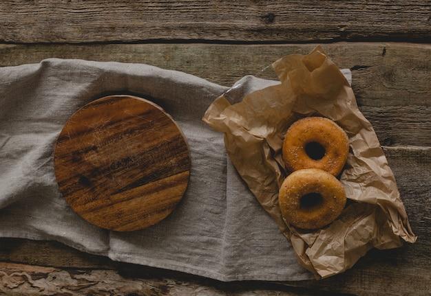 Donuts e bandeja de madeira