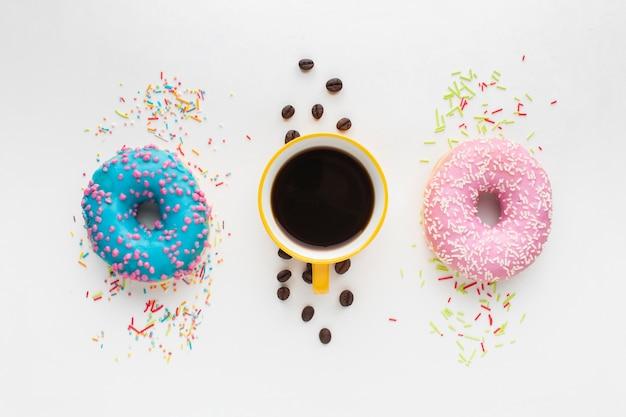 Donuts e café em configuração plana