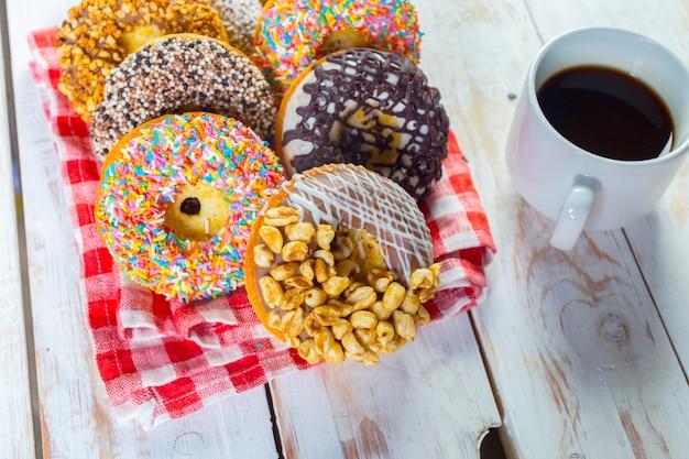Donuts e café em madeira branca