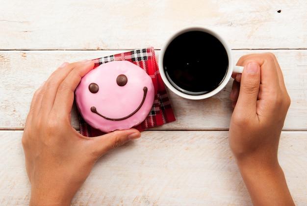Donuts e café no fundo de madeira
