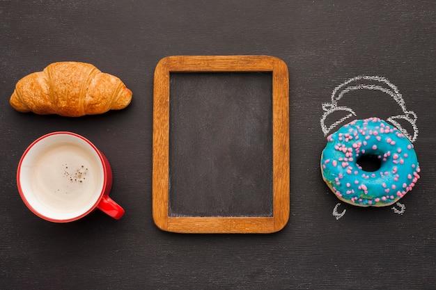 Donuts e croissant no café da manhã
