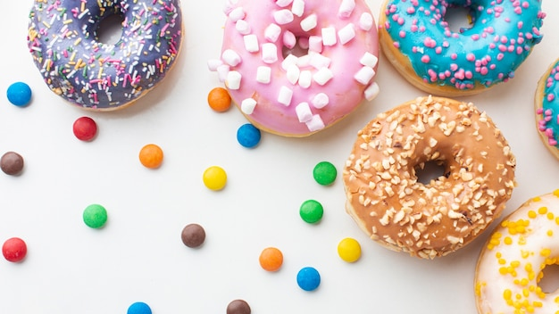 Donuts e doces coloridos close-up