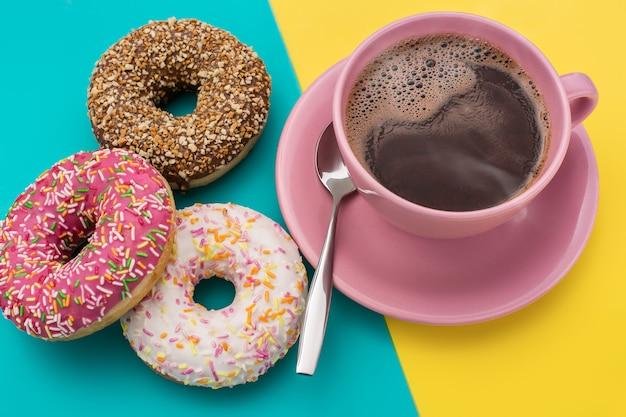 Donuts e uma xícara de café são americanos