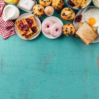 Donuts e waffles para o café da manhã