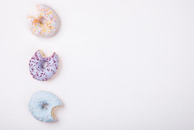 Donuts em esmaltes coloridos.